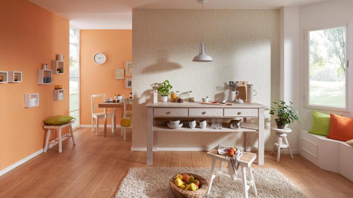 Esszimmer mit moderer Vliestapete in orange