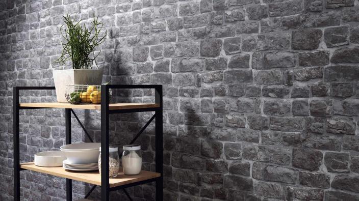 Wand mit Tapete in dunkelgrauer Bruchsteinoptik