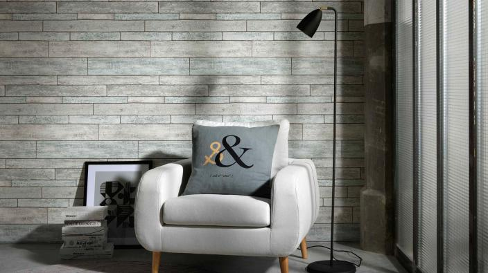 Leseecke mit Sessel und Tapete in Holzoptik