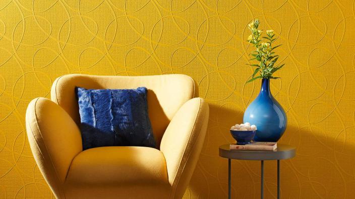 Überstreichbare Vliestapete in gelb mit gelbem Sessel