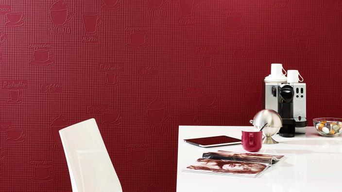 Tapete mit Kaffeemotiven in Rot vor Tisch weiß