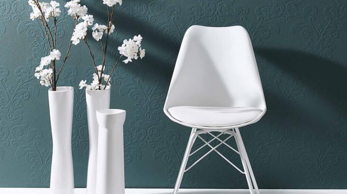 Tapete mit Ornamentmuster in Petrol, übersteichbar, weißer Stuhl und Vasen