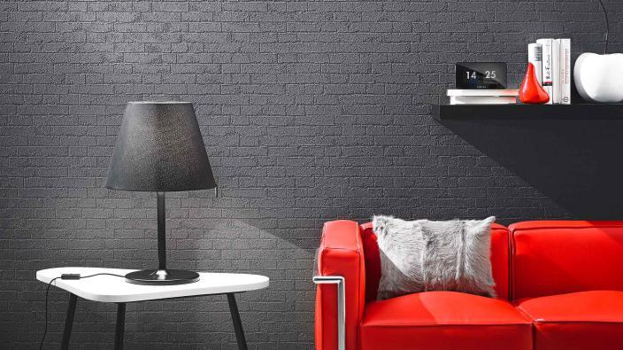 Überstreichbare Vliestapete in Steinoptik, dunkelgrau, knallrotes Sofa