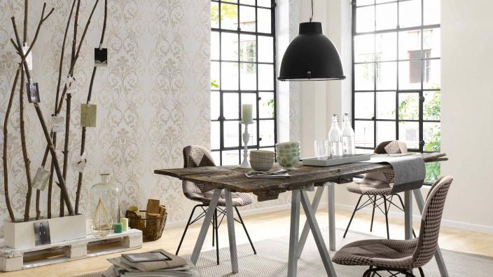 Modernes Esszimmer mit Tapete in Beige, modernes Ornament, Esstisch große Fenster