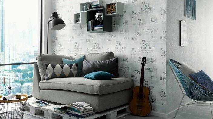 Junge Wohnzimmer in warmen Grautönen, Sofa, große Fensterfront, Tapete