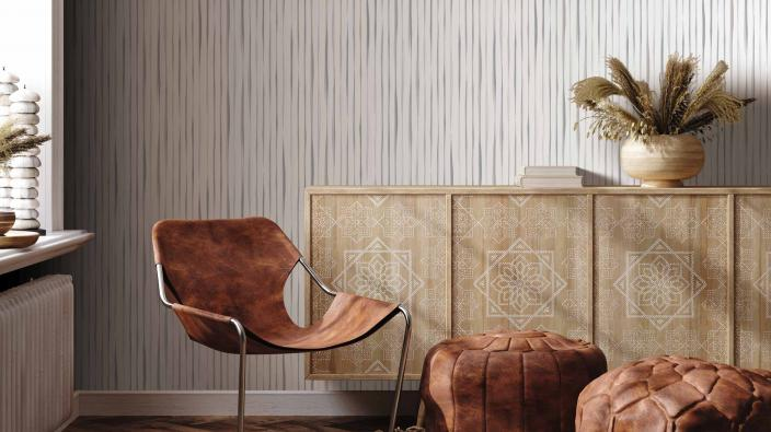 Modernes Wohnzimmer mit Vliestapete, lebendiges Streifenmotiv in trendigem Greige