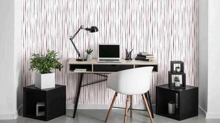 Modernes Arbeitszimmer mit Vliestapete, lebendiges Streifenmotiv in trendigem Berry