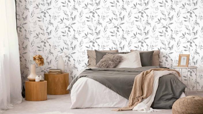 Schlafzimmer mit Vliestapete, natürliches Blattmotiv in trendigem Greige