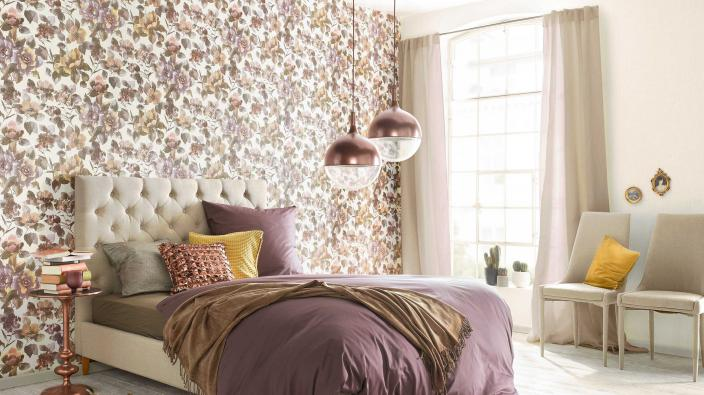 Schlafzimmer mit romantischer Blumentapete in Violett