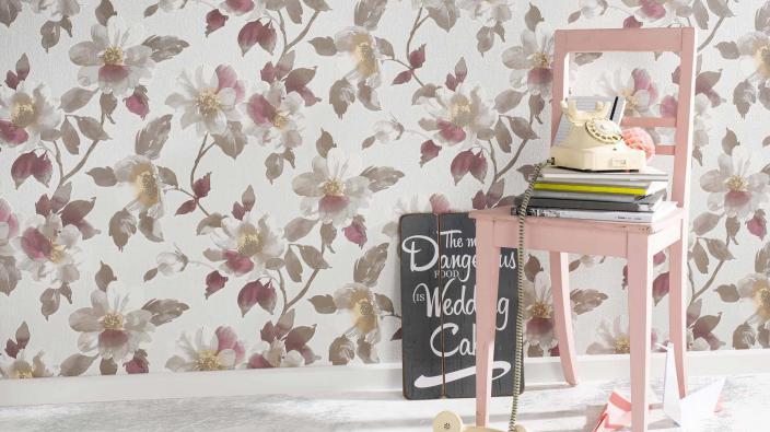 Romantische Blumentapete in violett und rose mit verspielter Deko in rosa