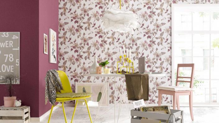 Junges Esszimmer in lila und rose, chabby chic, romantische Blumentapete