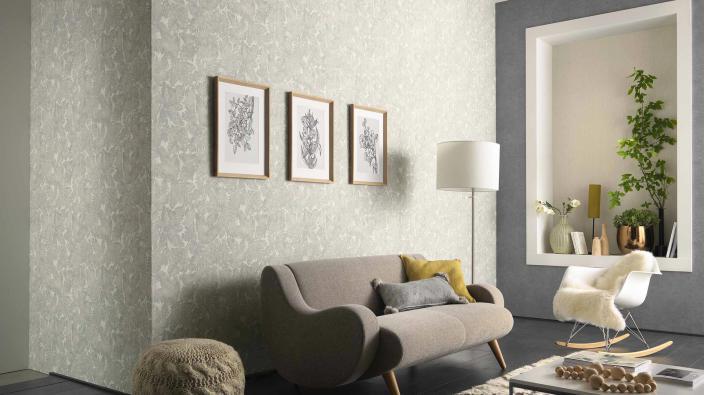 Modernes Wohnzimmer, Wandgestaltung mit Vliestapete, Blattmotiv allover in hellem Steingrau