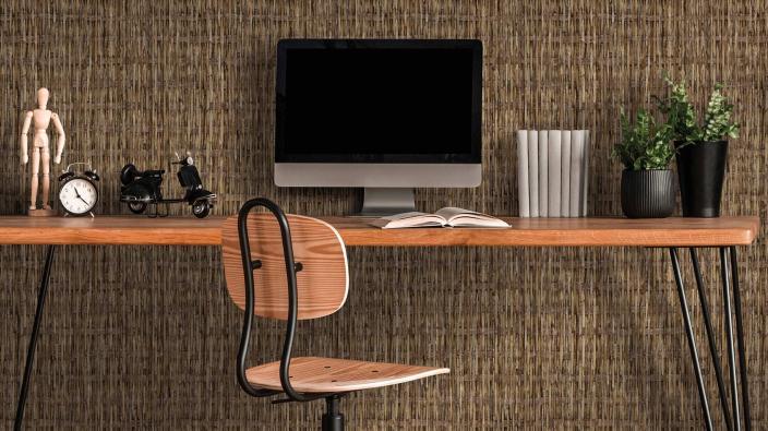 Arbeitszimmer mit Vliestapete, geflochtenes Bast-Motiv in Braun, Schreibtisch, Stuhl, Computer, Deko