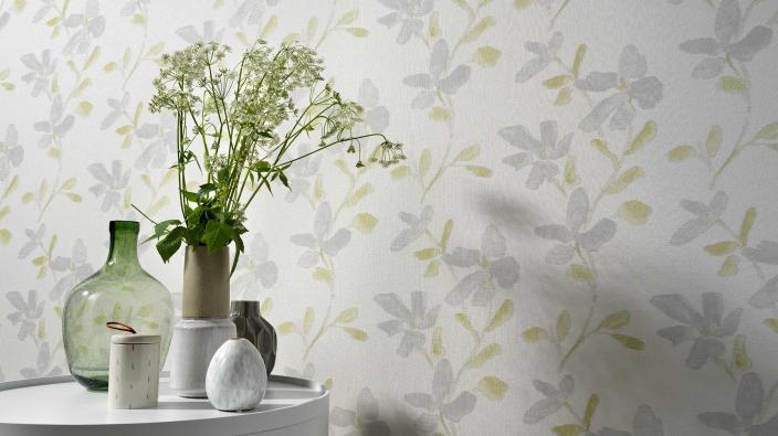 Moderne Blumentapete in blassem Grün und Silber.