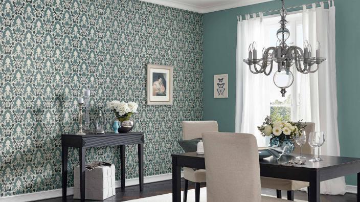 Esszimmer mit eleganter Barocktapete in Petrol, elegantes Sideboard, Esstisch, Kronleuchter, Silberdeko