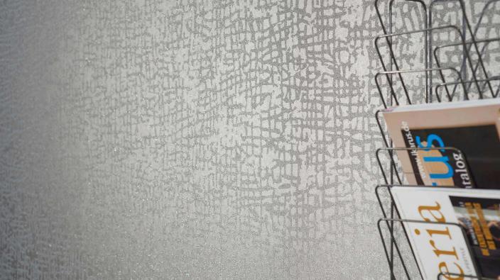 Vliestapete mit echten Glasperlen in taupe mit modernem grafischen Muster