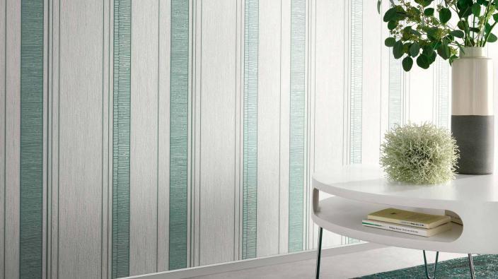 Tapete mit grünen Streifen, Tisch, Vase und Blumen in Wohnraum