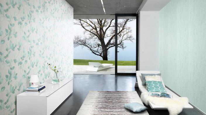 Moderner Wohnraum mit Tapeten in blassen Grün, Sideboard, Liege und Aussicht in den Garten