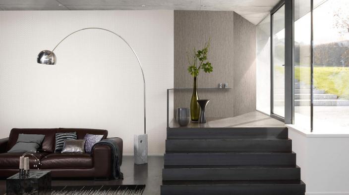 Moderner Wohnraum, viel Glas, halbe Treppe, schwarzes Ledersofa, helle Tapeten