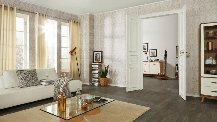 Wohnraum mit Tapete in hellem Ecru und Ornamenten