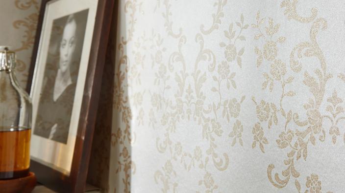 Tapete in Ecru mit Ornamenten und zartem Glanzeffekt