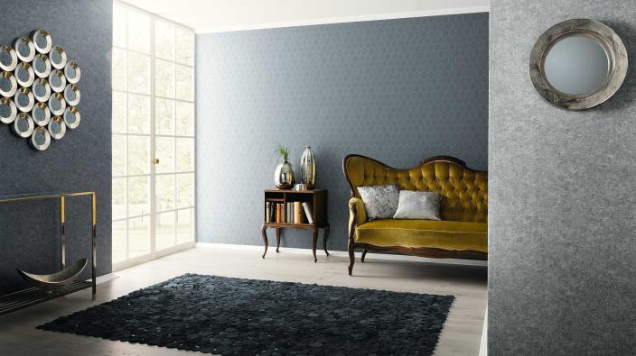 Edles Wohnzimmer mit blauer und grauer Tapete und antikem Sofa