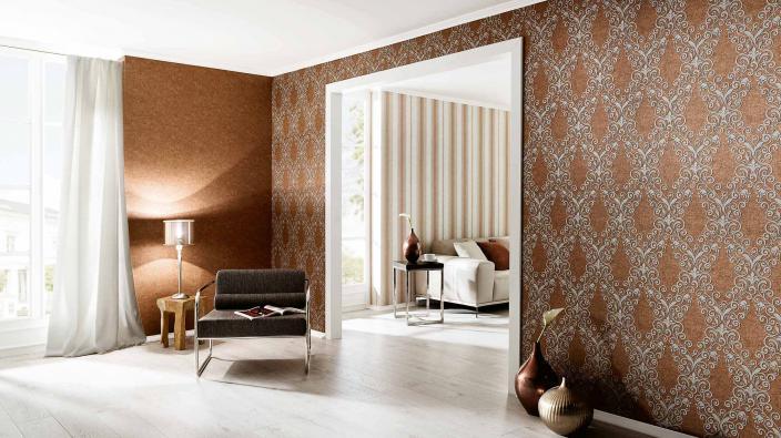 Elegantes Wohnzimmer mit Tapeten in Maronenbraun, Ornamente und Streifen