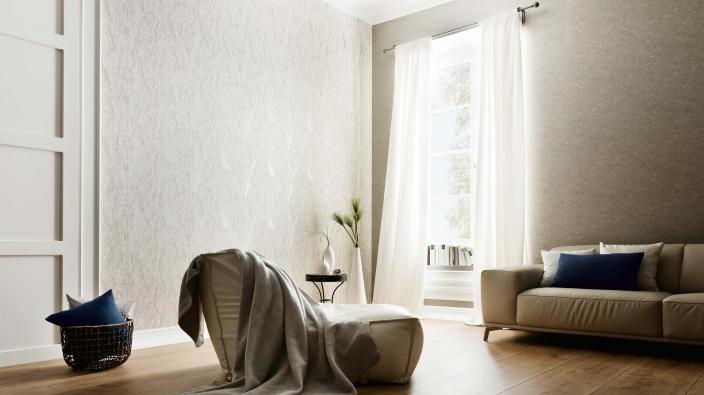 Schickes Wohnzimmer in reduziertem Style mit heller Grastapete und creme-farbenem Sofa und Sessel
