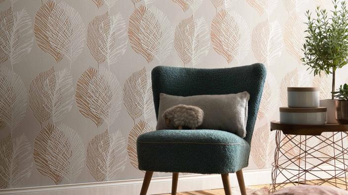 Wandgestaltung mit Vliestapeten skandinavisch beiges Blattmotiv, Sessel grün, Deko