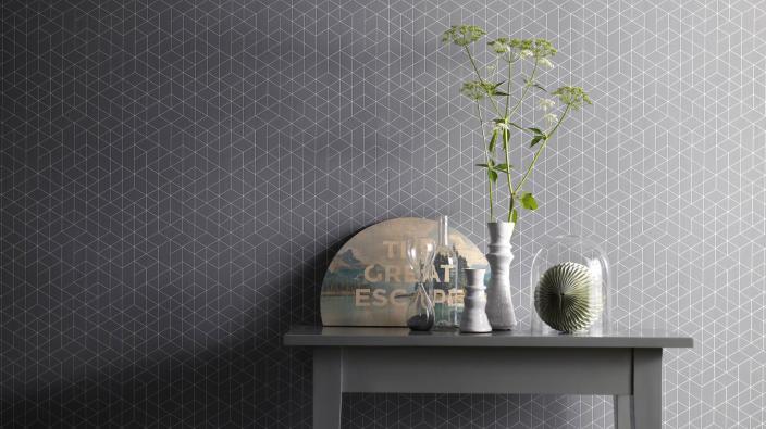 Wandgestaltung mit Vliestapeten skandinavisch, Tapetenmuster in Steingrau, zarte Grafik, kleiner Tisch, Deko