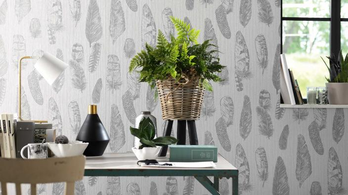 Wandgestaltung mit Vliestapeten skandinavisch, Tapetenmuster mit Federn in Silbergrau, Tisch, Deko
