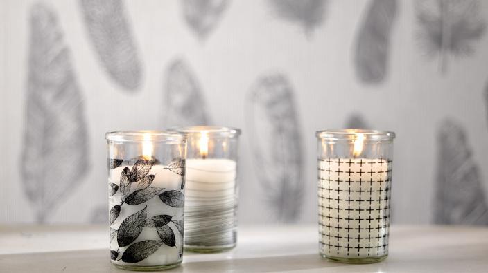 Wandgestaltung mit Vliestapeten skandinavisch, Tapetenmuster mit Federn in Silbergrau, Deko Kerzen