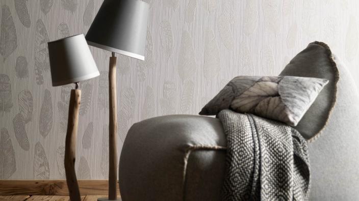 Wandgestaltung mit Vliestapeten skandinavisch, Tapetenmuster mit Federn in hellem Taupe, Sessel und Stehlampen
