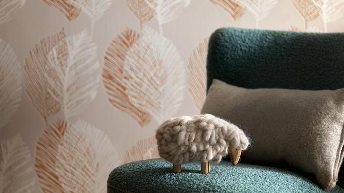 Wandgestaltung mit Vliestapeten skandinavisch beiges Blattmotiv, Sessel grün, Deko Schaaf