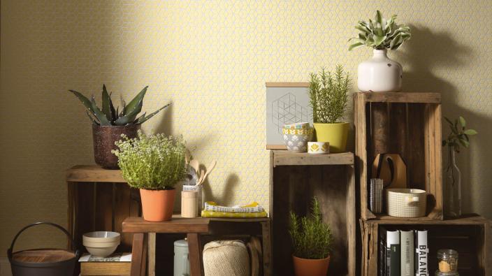 Wandgestaltung mit Vliestapeten skandinavisch, kleines sonnengelbes Wabenmuster, Holzregale, Pflanzen, Deko