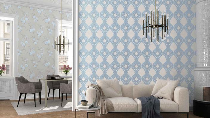 Wohnzimmer mit hellblauen Barocktapeten im modernen Look