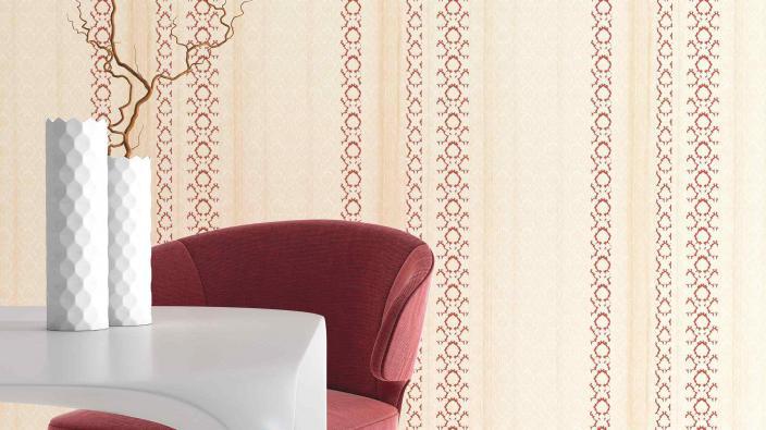 Wandgestaltung mit Vliestapet in Creme und Rot, Streifen mit kleinen Ornamenten