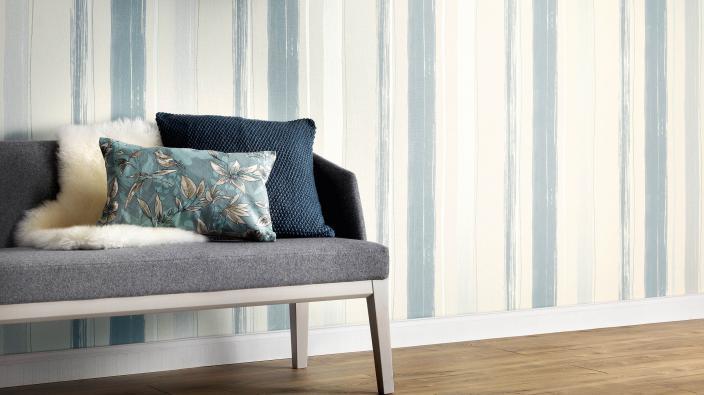 Wandgestaltung mit gestreifter Vliestapete in Blau-Grau
