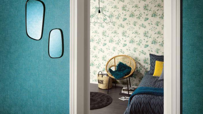 Schlafzimmer mit Vliestapeten in Aqua-Blau