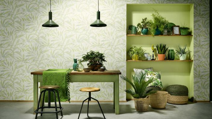 Wohnraum mit Vliestapete in frischem Grasgrün