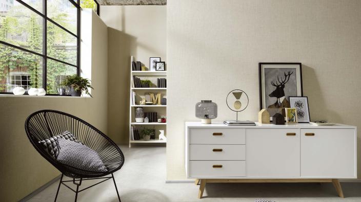 Wohnzimmer mit Tapeten in hellem Creme