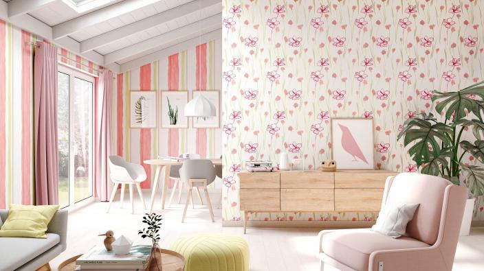 Wohnzimmer mit romantischer Blumentapete in frischem Rose und Gelb