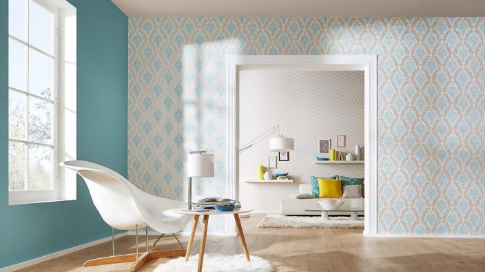 Wohnraum mit Retro-Tapeten in Mint und Beige