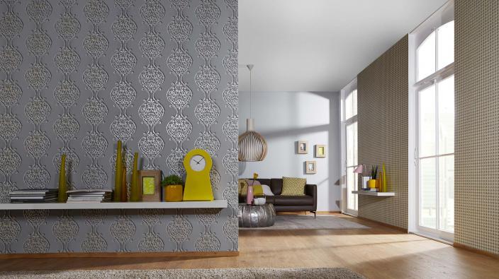 Wohnzimmer mit Tapete in Silber-Grau mit großen Ornamenten