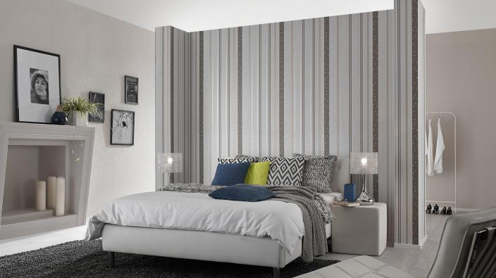 Schlafzimmer mit Tapete in hellem Grau und Streifen