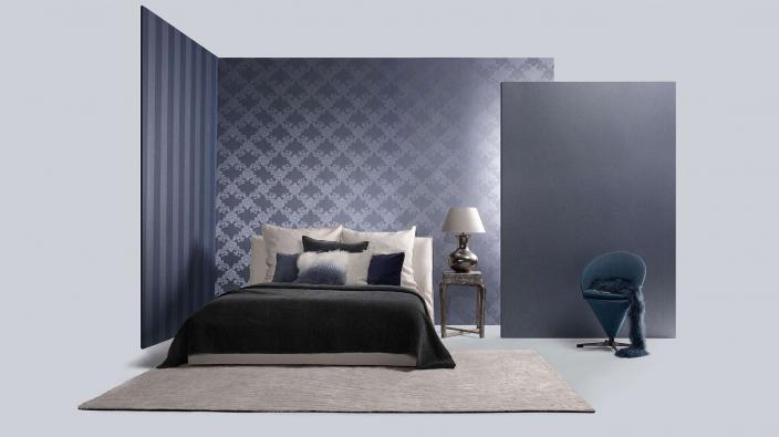 Schlafzimmer mit Barocktapete in Mitternachtsblau und Oranment-Muster