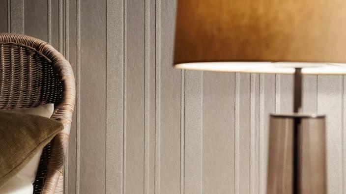 Vliestapete mit echten Glasperlen - klassisches Streifenmuster in Karamell