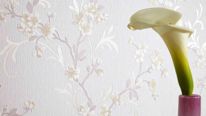 Tapete in hellem Creme mit kleinen Blüten-Ranken