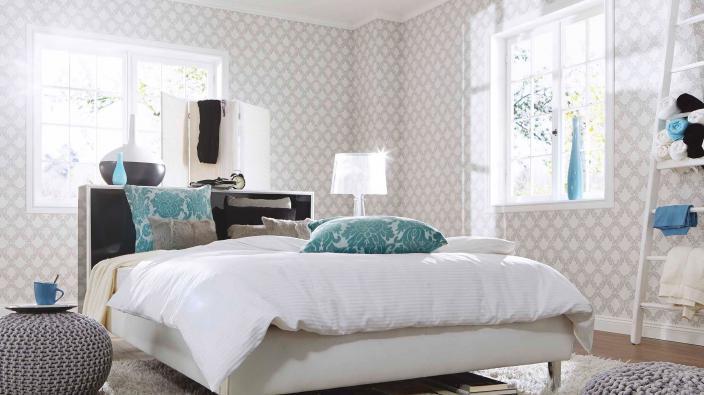 Schlafzimmer mit moderner silber-grauer Ornament-Tapete