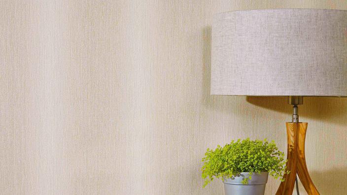 Streifentapete in Creme mit zarten Farbverläufen